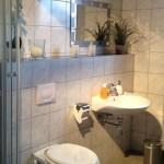 Moderne Badezimmerausstattung.